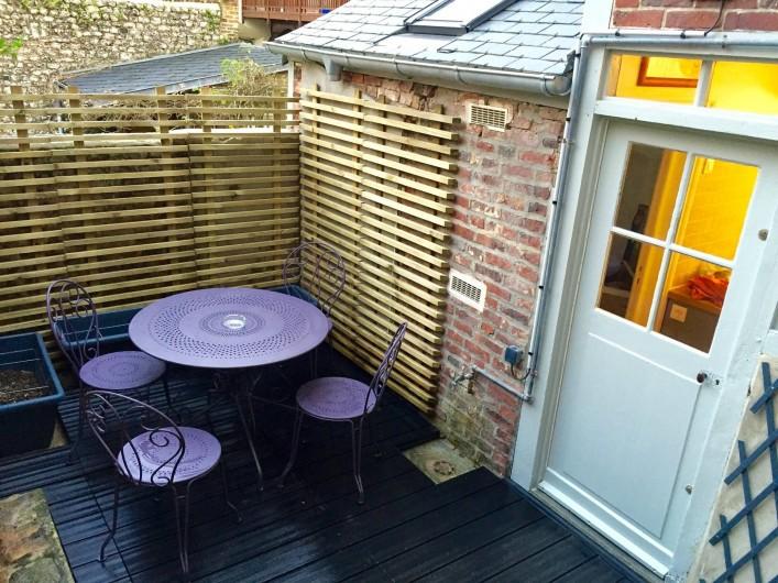 Location de vacances - Chambre d'hôtes à Veules-les-Roses - La terrasse privée.