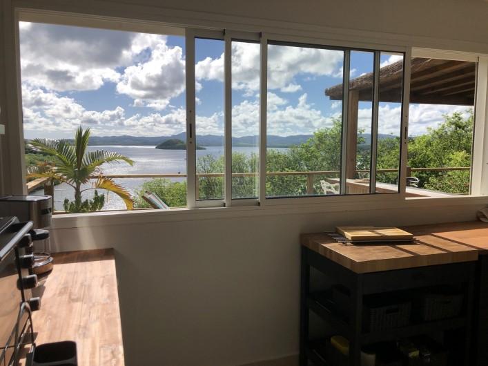 Location de vacances - Villa à Les Trois-Îlets - Vue mer de la cuisine sur bar et terrasse