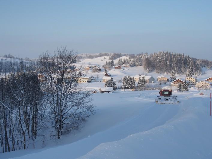 Location de vacances - Chalet à La Pesse - Vue hivernale sur le village Damage Piste de ski de fond