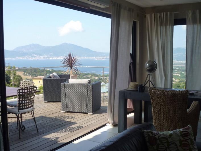 Location de vacances - Villa à Porticcio - Salon avec vue du golfe