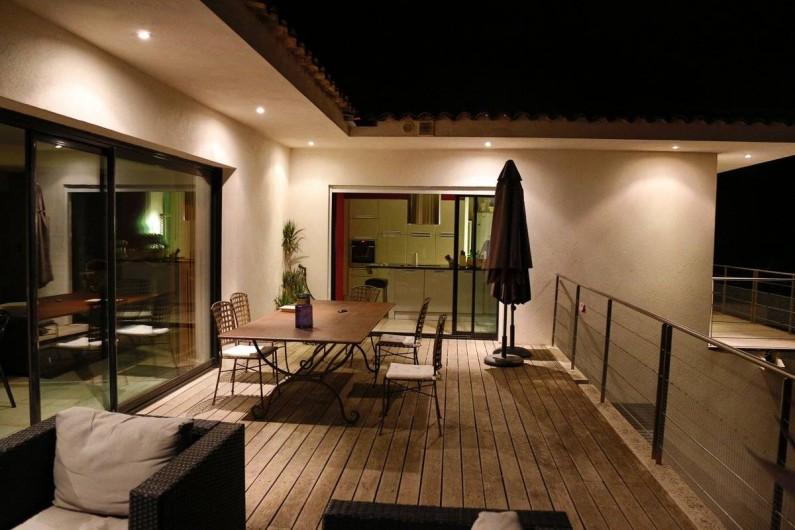 Location de vacances - Villa à Porticcio - Salon et Cuisine vus de la terrasse la nuit