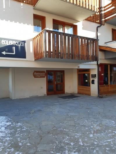 Location de vacances - Appartement à Les Orres - acces a l'appartement sans escalier niveau 0 directement sur la place.