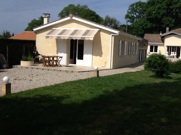Location de vacances - Villa à Saint-Vivien-de-Médoc - La maison avec sa terrasse et son auvent