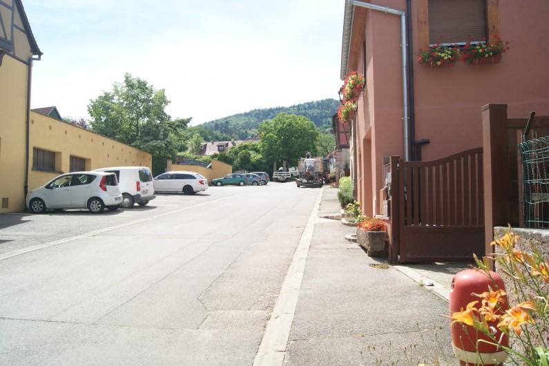 Location de vacances - Gîte à Hunawihr - Vue sur le parking en face