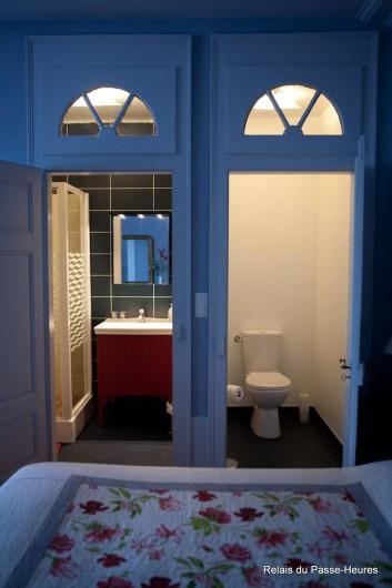 Location de vacances - Chambre d'hôtes à Cenans - Chambre de Marie, vue sur les toilettes et salle d'eau