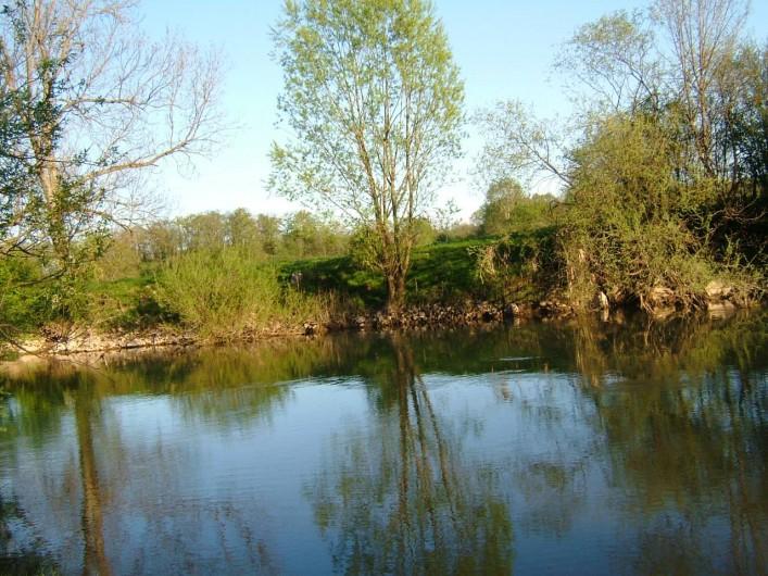 Location de vacances - Chambre d'hôtes à Cenans - Le bord de la rivière au bout du parc