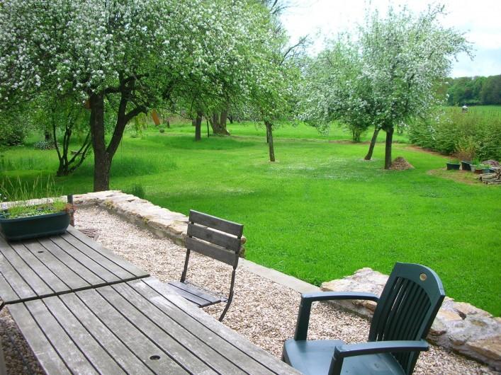 Location de vacances - Chambre d'hôtes à Cenans - La terrasse au printemps