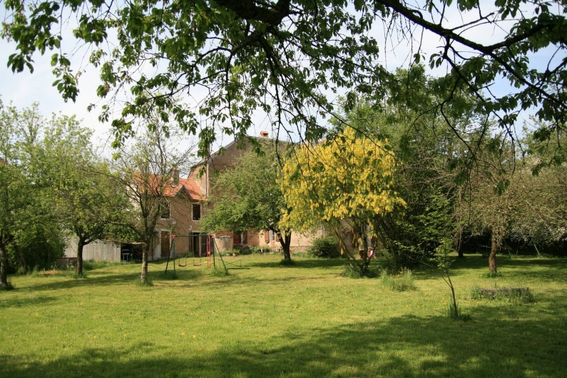 Location de vacances - Chambre d'hôtes à Cenans - La maison vu du jardin