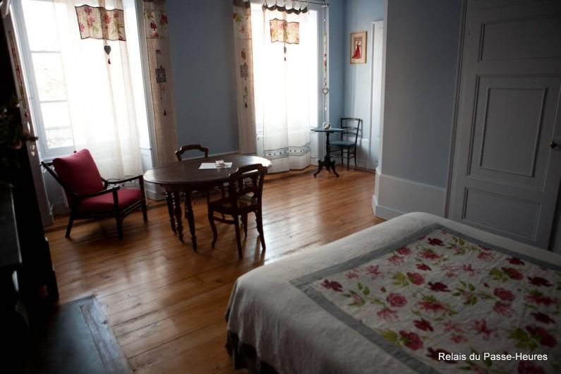 Location de vacances - Chambre d'hôtes à Cenans - Chambre de Marie, vue sur les fenêtres