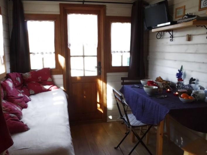 Location de vacances - Roulotte à Saint-Jean-le-Centenier - Coin salon et repas