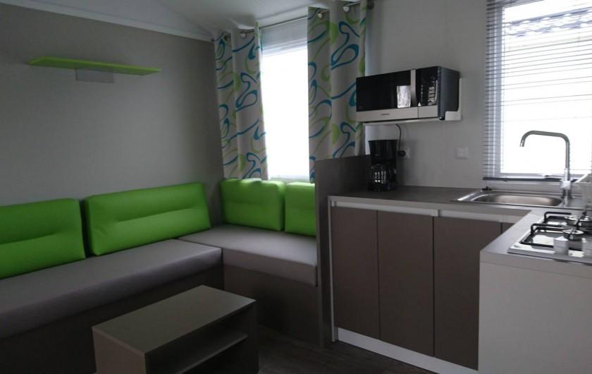 Location de vacances - Bungalow - Mobilhome à Aire-sur-la-Lys - Coin cuisine et salon