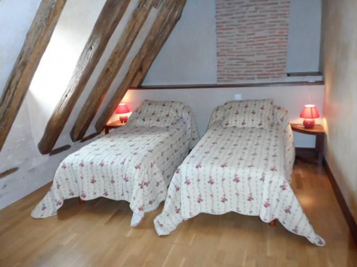 """Location de vacances - Gîte à Trezebens - 1er étage chambre """"Sonia"""" 2 lits 1 pers."""