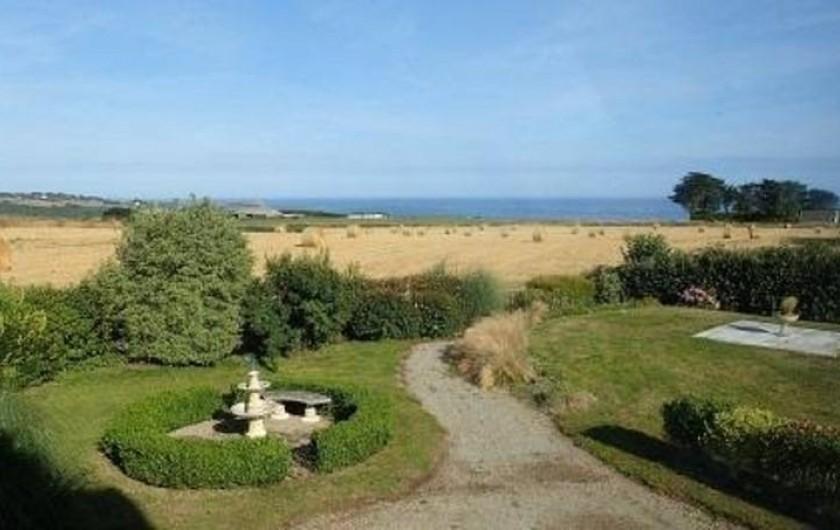 Location de vacances - Gîte à Saint-Jean-du-Doigt - Vue du salon sur la mer et la campagne
