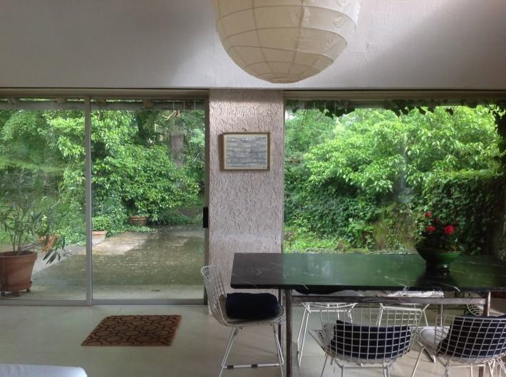 Location de vacances - Gîte à Saint-Georges-sur-Baulche - Table marbre, séjour, vue sur terrasse