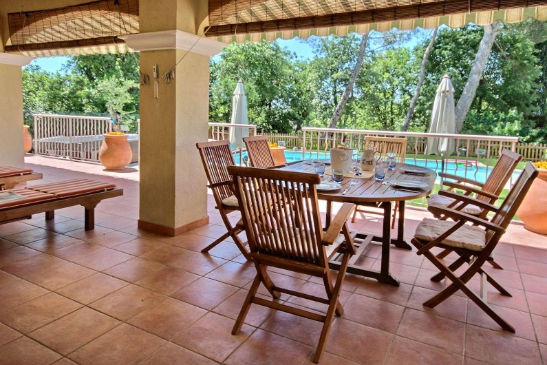 Location de vacances - Villa à Valbonne - Table en teck pour 6