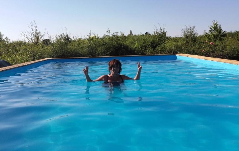 Location de vacances - Maison - Villa à Beaulieu-sur-Layon - Véro à l'eau dans la piscine de 10mX5m
