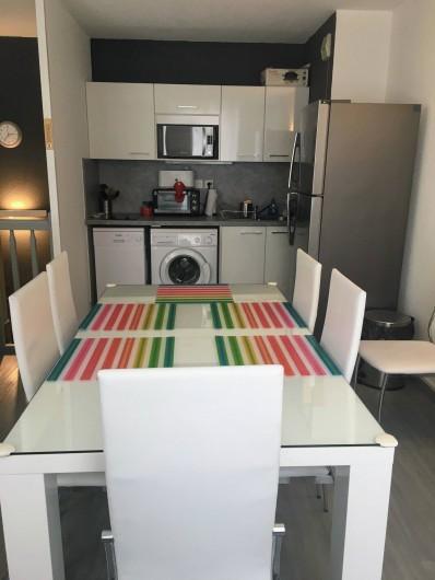 Location de vacances - Appartement à Cauterets - Table pour le repas avec accès cuisine ouverte