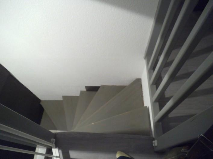 Location de vacances - Appartement à Cauterets - Escaliers en colimaçon, avec une barrière,  qui descendent dans l'entresol