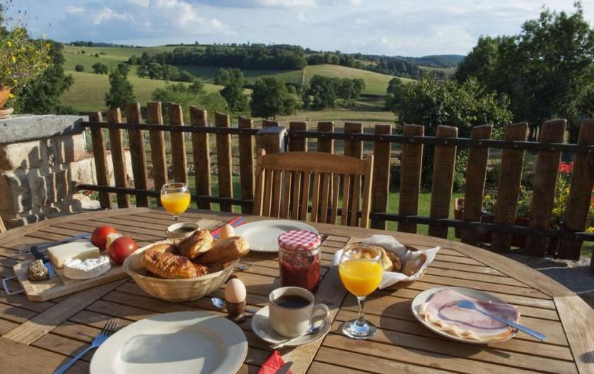 Location de vacances - Gîte à Chirassimont - Terrasse(petit déjeuner hollandais)