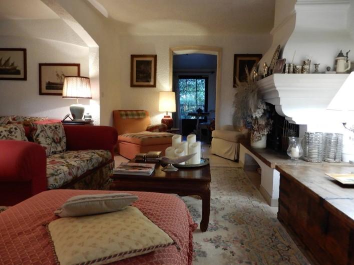 Location de vacances - Chambre d'hôtes à Ramatuelle - Salon avec cheminée