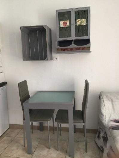 Location de vacances - Studio à Bormes-les-Mimosas - table avec allonge