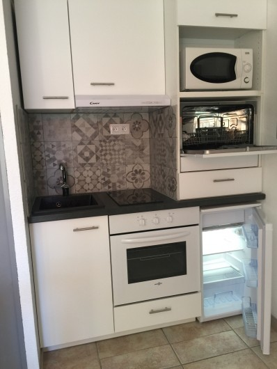 Location de vacances - Studio à Bormes-les-Mimosas - Réfrigérateur - lave vaisselle-four plaque