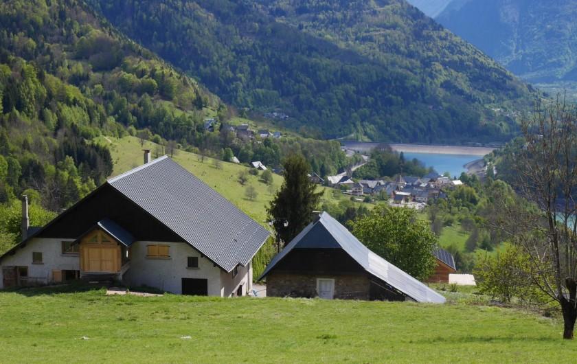 Location de vacances - Appartement à Vaujany - Entrée par le chemin communal, vue du champ amont