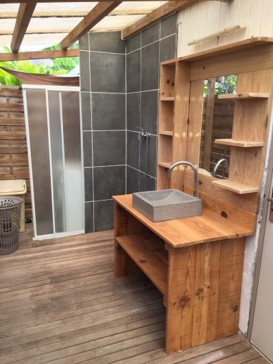 Location de vacances - Gîte à Saint-François - salle de bain extérieur