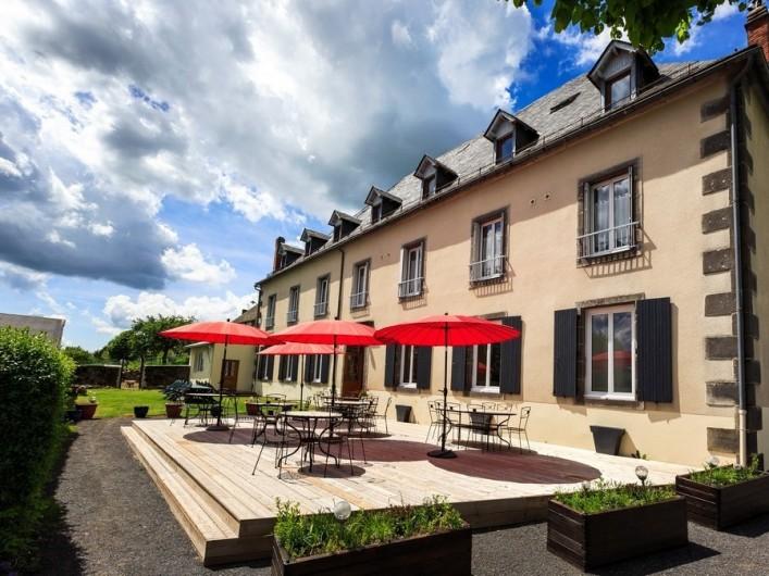 Location de vacances - Chambre d'hôtes à Tauves - Terrasse bois en été