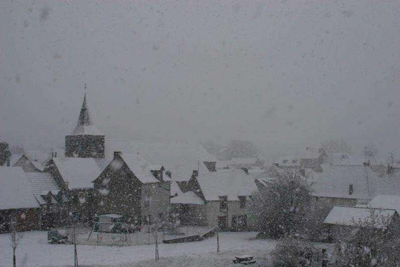 Location de vacances - Chambre d'hôtes à Tauves - Vue du Clos Auvergnat, le village de Tauves sous la neige