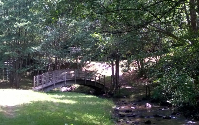 Location de vacances - Chambre d'hôtes à Tauves - Parcours au bord de l'eau à 100 mètres du Clos Auvergnat