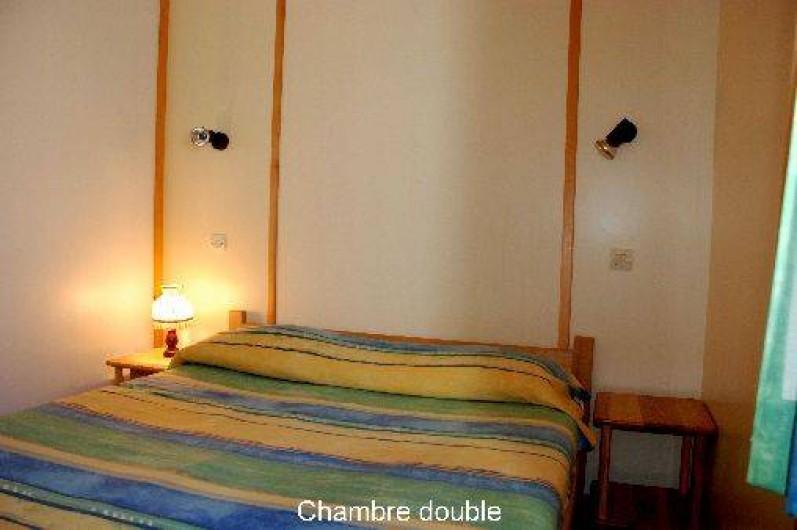 Location de vacances - Chalet à Blavignac - Chambre 1: avec un grand lit