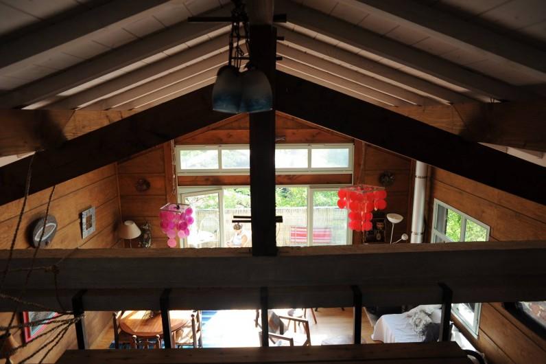 Location de vacances - Chalet à Le Cap Ferret - Vue de la salle de séjour depuis la mezzanine .
