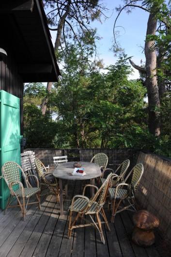 Location de vacances - Chalet à Le Cap Ferret - Salle à manger extérieur sur la terrasse .