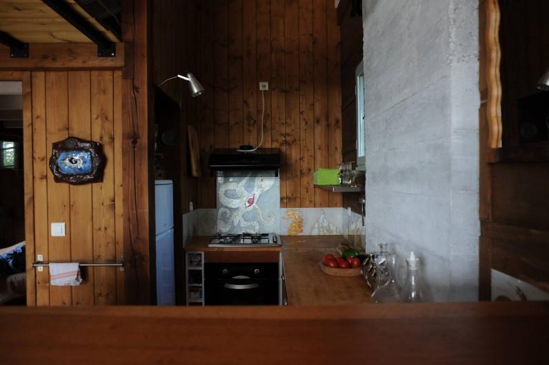 Location de vacances - Chalet à Le Cap Ferret - Coin cuisine vu du bar .