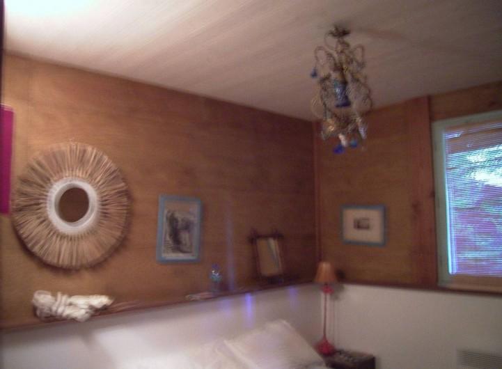 Location de vacances - Chalet à Le Cap Ferret - Une chambre du bas .