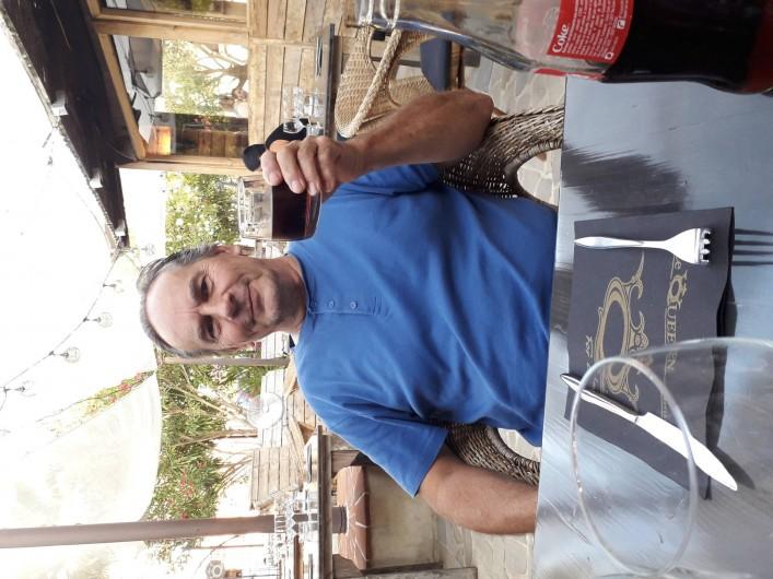 Location de vacances - Chambre d'hôtes à Castelnau-de-Montmiral - l'homme de la maison! dégustation d'un petit  Gaillac