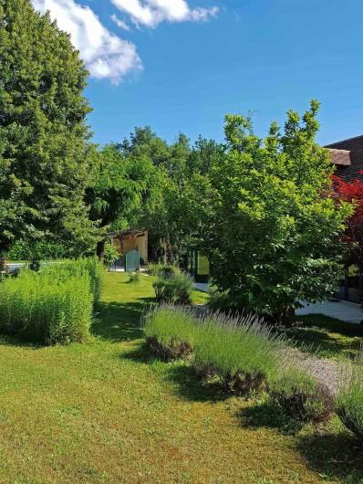 Location de vacances - Gîte à Issac - un jardin fleuri et arboré