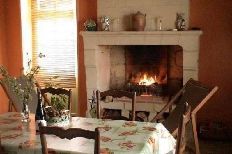 Location de vacances - Gîte à Saint-Rémy-la-Varenne - Cuisine séjour avec cheminée en état