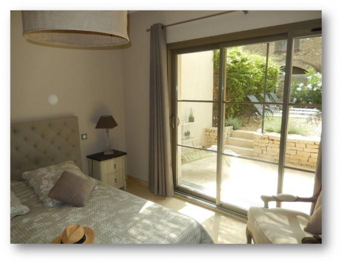 Location de vacances - Villa à La Redorte - Chambre 1, au rez-de-chaussée avec vue sur la terrasse et le jardin privatif