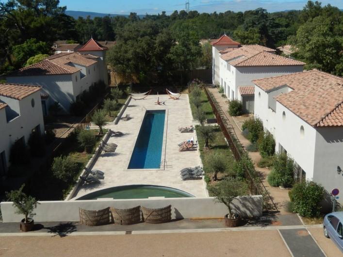 Location de vacances - Villa à La Redorte - Photo aérienne des villas le long du bassin de nage