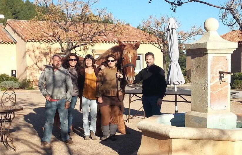 Location de vacances - Gîte à Cuers - L'equipe du Bastidou avec Olga sur le boulodrome - Village vacances Lou Bastidou