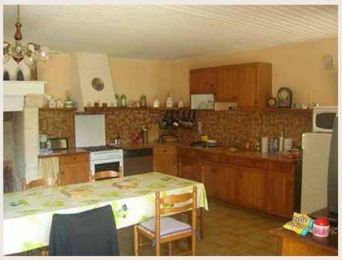 Location de vacances - Gîte à Bussac - cuisine  équipée 8couverts coin salon canapé +2fauteuils clim ré