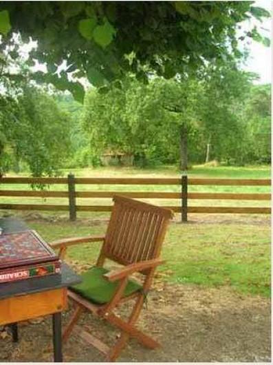 Location de vacances - Gîte à Bussac - petite table ronde 4 chaises sous un tilleul dans la cour