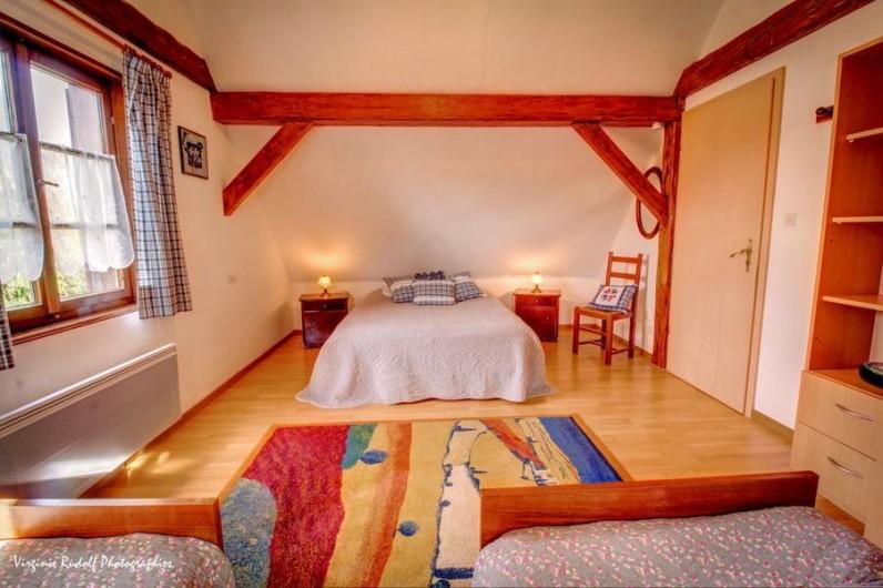 Location de vacances - Villa à Jebsheim - Une quatrième chambre spacieuse avec un lit double et deux lit simple..