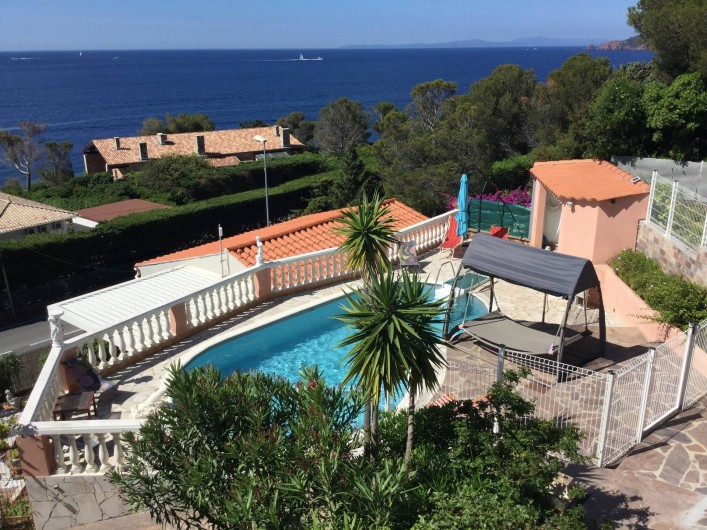 Location de vacances - Villa à Anthéor - Vue de la terrasse de la villa sur la piscine sécurisée