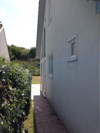 Location de vacances - Villa à Le Touquet-Paris-Plage - passage cote jardin (clôturé).