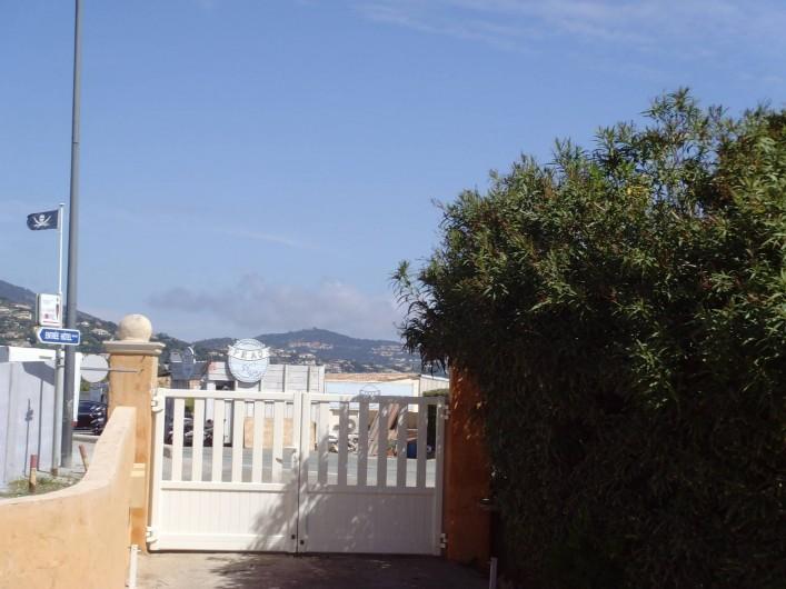 Location de vacances - Appartement à Sainte-Maxime - entée du jardin vue de l'intérieur