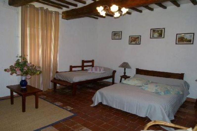 Location de vacances - Maison - Villa à Ornézan - chambre bleue avec un lit simple et un lit double