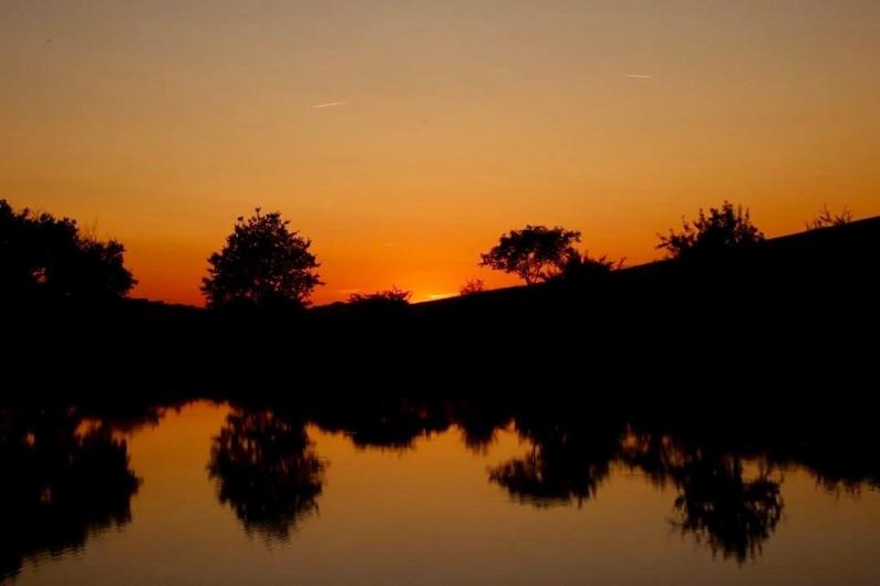 Location de vacances - Maison - Villa à Marzens - soleil couchant sur le lac de Ségur